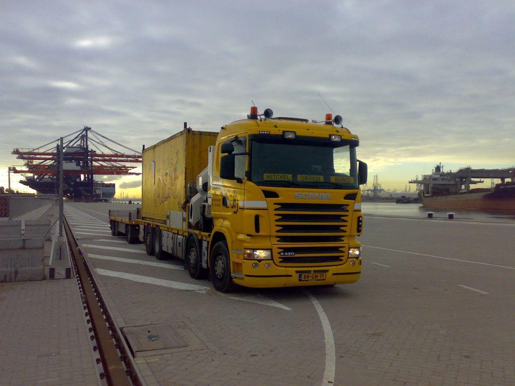 Gele Scania HMF Odin met een container