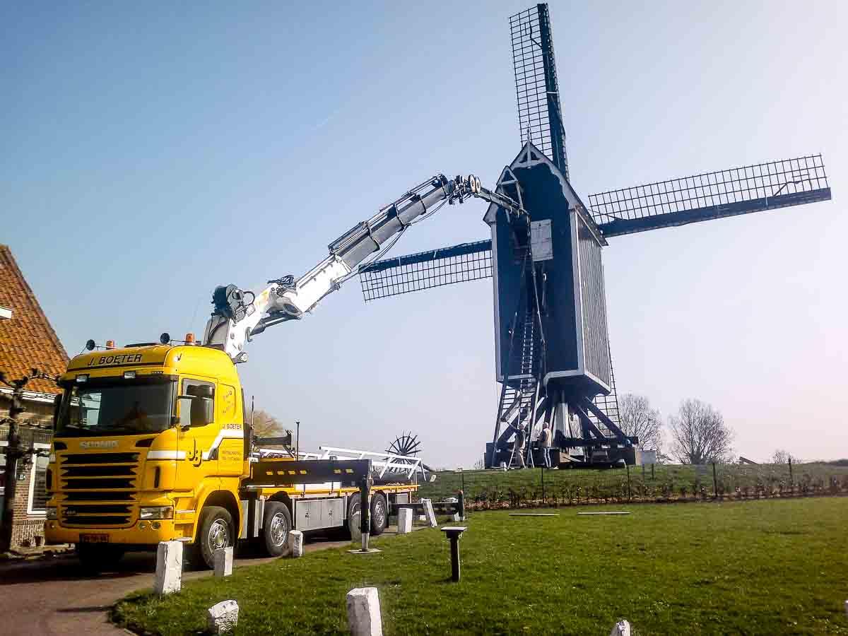 Scania truck van J Boeter bij een molen